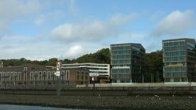 Edificios de oficinas Holzhafen Hamburgo almacen de metraje de vídeo