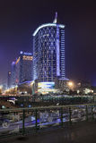 Edificios de oficinas iluminados en la noche, Chengdu, China Fotografía de archivo