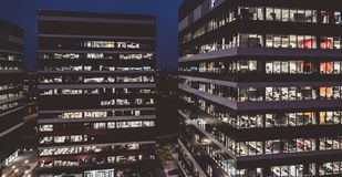 Edificios de oficinas de la sociedad en la noche foto de archivo