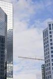 Edificios de oficinas modernos con una grúa Fotografía de archivo libre de regalías