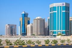 Edificios de oficinas modernos de la ciudad de Manama Imágenes de archivo libres de regalías