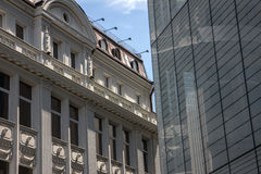 Edificios de oficinas viejos y nuevos Fotos de archivo