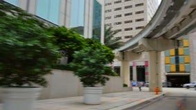 Edificios de oficinas y bus turístico céntricos de Miami almacen de metraje de vídeo