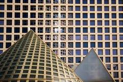 Edificios de oficinas y pirámides imágenes de archivo libres de regalías