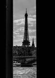 Edificios de París enmarcados debajo del puente Fotografía de archivo