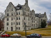 Edificios de piedra majestuosos dentro del campus de la universidad imagenes de archivo