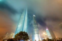 Edificios de Shangai en la noche Fotos de archivo libres de regalías