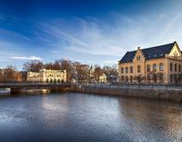 Edificios de Uppsala por el río fotografía de archivo