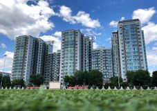 Edificios debajo del cielo foto de archivo libre de regalías