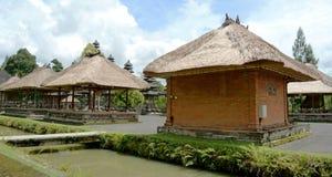 Edificios del estilo del tejado de Bali Imagenes de archivo