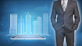 Edificios del hombre de negocios y del alambre-marco en la pantalla Fotografía de archivo