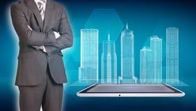 Edificios del hombre de negocios y del alambre-marco en la pantalla Foto de archivo