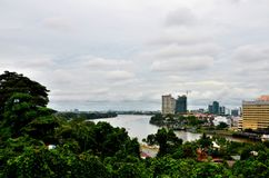 Edificios del horizonte con el río de Sarawak de Kuching Sarawak Borneo Malasia del este imagen de archivo libre de regalías