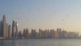 Edificios del horizonte de Dubai de los globos del aire caliente foto de archivo libre de regalías