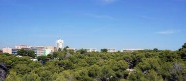 Edificios del panorama con muchos árboles Imágenes de archivo libres de regalías