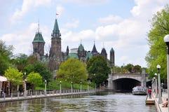 Edificios del parlamento y canal de Rideau, Ottawa, Canadá foto de archivo libre de regalías