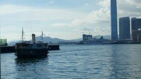Edificios del puerto del mar del transbordador en Hong Kong foto de archivo libre de regalías