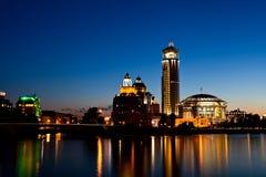 Edificios del relámpago en Moscú en el crepúsculo Imagen de archivo