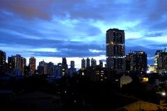 Edificios durante período crepuscular rainny Foto de archivo