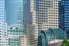 Edificios e invernadero, NYC del centro financiero de mundo Fotos de archivo libres de regalías