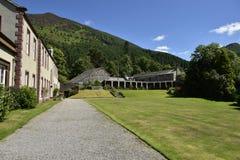 Edificios el fondo de montañas Imágenes de archivo libres de regalías
