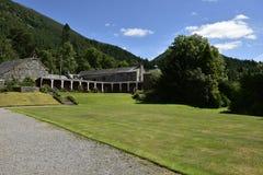 Edificios el fondo de montañas Foto de archivo libre de regalías