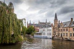 Edificios en el canal en Brugges, Bélgica Imagen de archivo libre de regalías