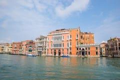 Edificios en el canal grande en Venecia Italia Foto de archivo