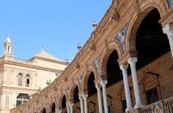Edificios en el cuadrado español Famous Plaza de Espana (era el lugar para la exposición latinoamericana de 1929) - en Sevilla Fotografía de archivo