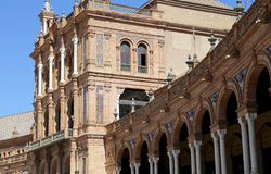 Edificios en el cuadrado español Famous Plaza de Espana (era el lugar para la exposición latinoamericana de 1929) - en Sevilla Fotografía de archivo libre de regalías