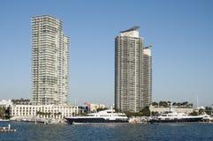 Edificios en el puerto deportivo de Miami Beach Imágenes de archivo libres de regalías