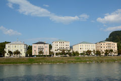 Edificios en el río de Salzach en Salzburg en Austria Fotografía de archivo libre de regalías