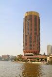 Edificios en el río del Nilo en El Cairo, Egipto Imágenes de archivo libres de regalías