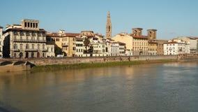 Edificios en el terraplén del río de Arno en Florencia almacen de metraje de vídeo