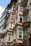 Edificios en la calle de Tarlabaşı Fotos de archivo libres de regalías