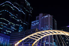 Edificios en la ciudad en la noche Foto de archivo