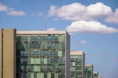Edificios en la explanada del Ministeries - oficinas del ministerio de los departamentos gubernamentales - Brasilia, Distrito fed imágenes de archivo libres de regalías