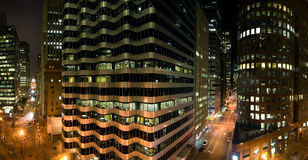 Edificios en la noche fotos de archivo