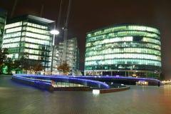 Edificios en la noche Imagenes de archivo