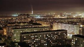 Edificios en la noche, casas residenciales, lapso de la ciudad de tiempo Rusia, Novosibirsk almacen de metraje de vídeo