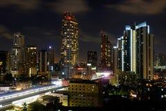 Edificios en la noche de Bangkok Imágenes de archivo libres de regalías
