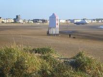 Edificios en orilla del mar y el faro imagen de archivo libre de regalías