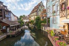 Edificios enmarcados de la madera colorida en Colmar, Francia Foto de archivo