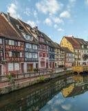 Edificios enmarcados de la madera colorida en Colmar, Francia Imagen de archivo