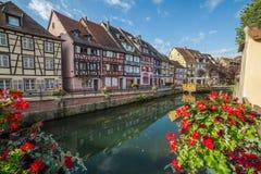 Edificios enmarcados de la madera colorida en Colmar, Francia Foto de archivo libre de regalías