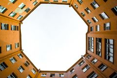 Edificios estrechos bien en St Petersburg con el cielo sobre los tejados Debajo de la visión Imagen de archivo