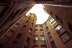 Edificios estrechos bien en St Petersburg con el cielo sobre los tejados Debajo de la visión Foto de archivo