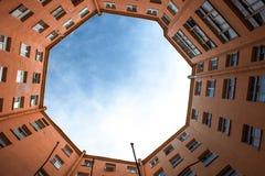Edificios estrechos bien en St Petersburg con el cielo sobre los tejados Debajo de la visión Fotografía de archivo