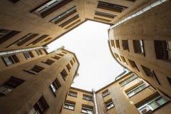 Edificios estrechos bien en St Petersburg con el cielo sobre los tejados Debajo de la visión Fotos de archivo