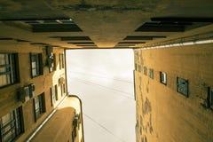 Edificios estrechos bien en St Petersburg Debajo de la visión Fotografía de archivo